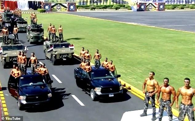 Οι αστυνομικοί με τα καλογυμνασμένα σώματα, θύμιζαν περισσότερο μοντέλα