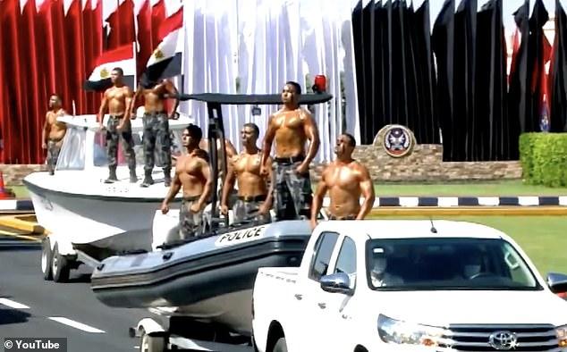 ημίγυμνοι αστυνομικοί πάνω σε οχήματα