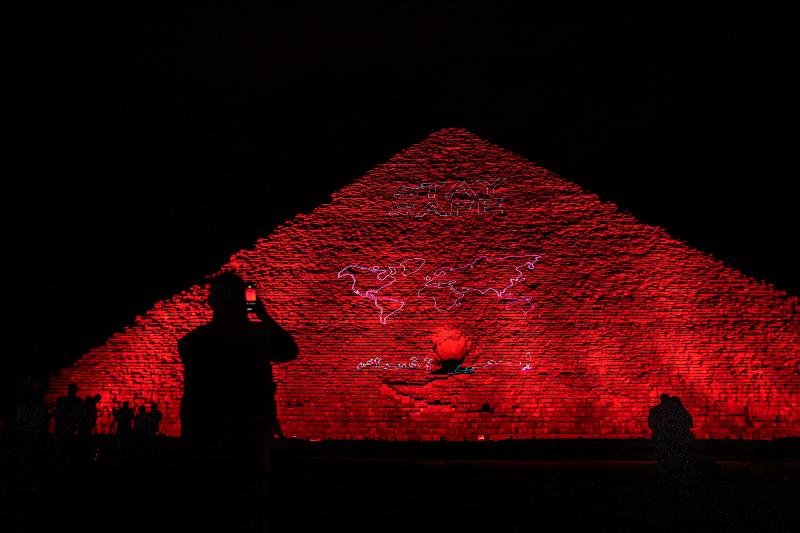 Μείνετε ασφαλείς το μήνυμα στην Πυραμίδα του Χέοπα στην Αίγυπτο