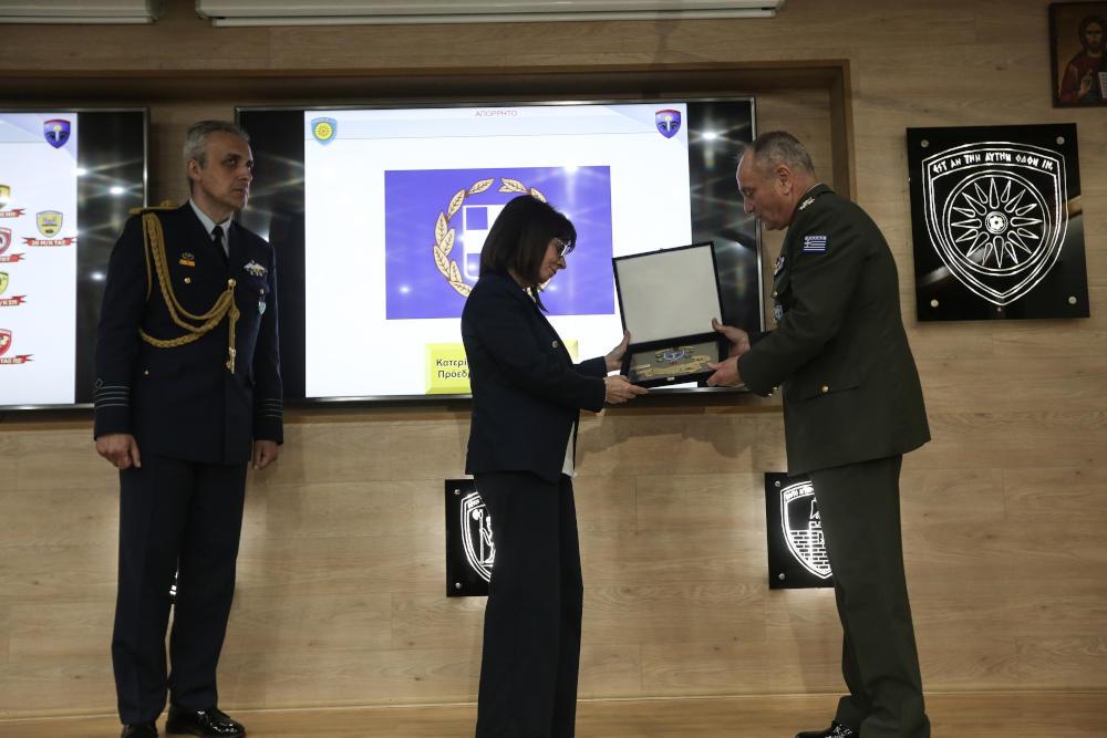 Η Πρόεδρος της Δημοκρατίας Κατερίνα Σακελλαροπούλου επισκέφθηκε το Δ' Σώμα Στρατού στην Ξάνθη και παρέλαβε τιμητική πλακέτα