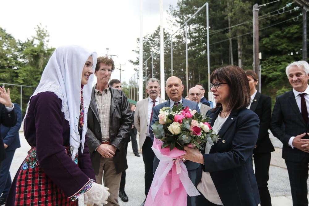 Η Πρόεδρος της Δημοκρατίας Κατερίνα Σακελλαροπούλου κατά την τριήμερη επίσκεψή της στη Θράκη με ένα μπουκέτο λουλουδια