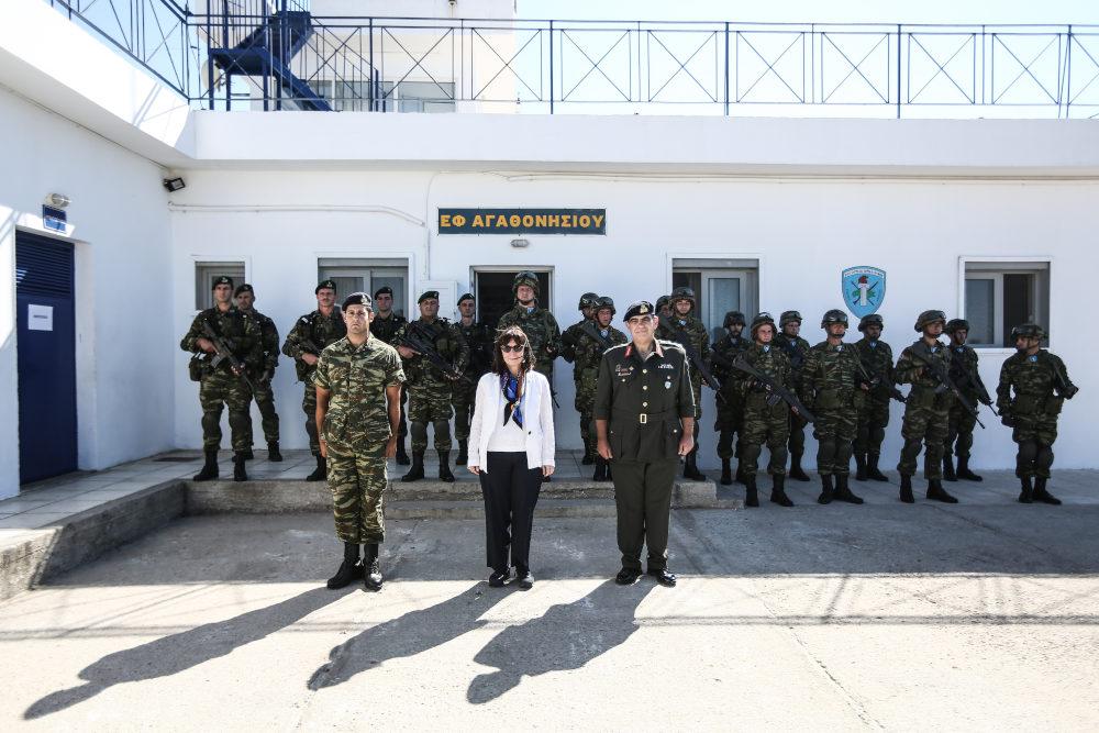 Η Αικατερίνη Σακελλαροπούλου με δυνάμεις του ΕΣ στο Αγαθονήσι