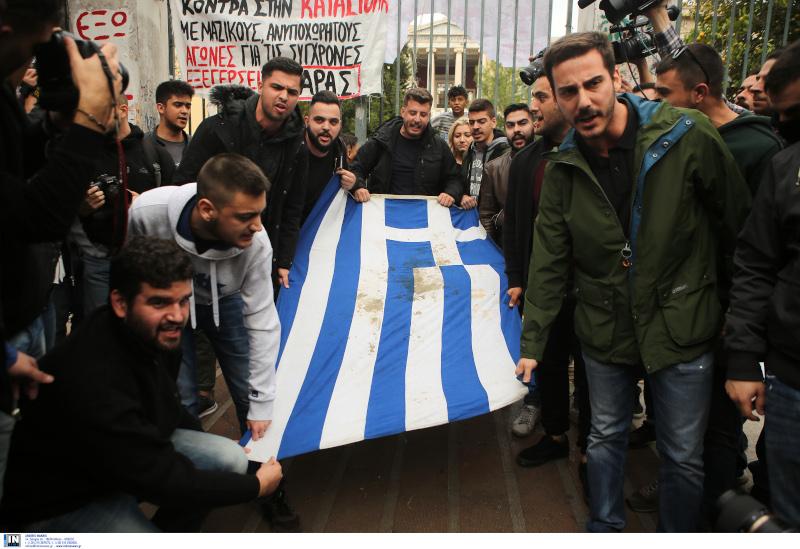 Οι φοιτητές με την αιματοβαμμένη σημαία την πορεία του Πολυτεχνείου / Φωτογραφία: INTIME NEWS
