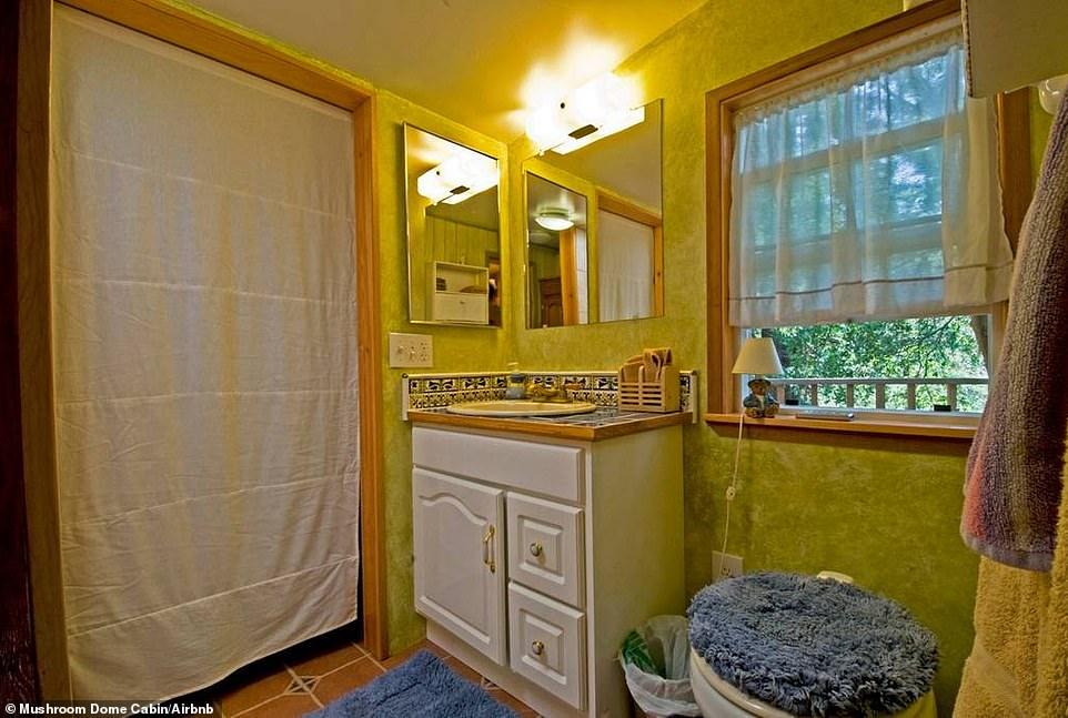 Και τέλος, το καλύτερο. Το μπάνιο δεν έχει πόρτα. Μόνο κουρτίνες.