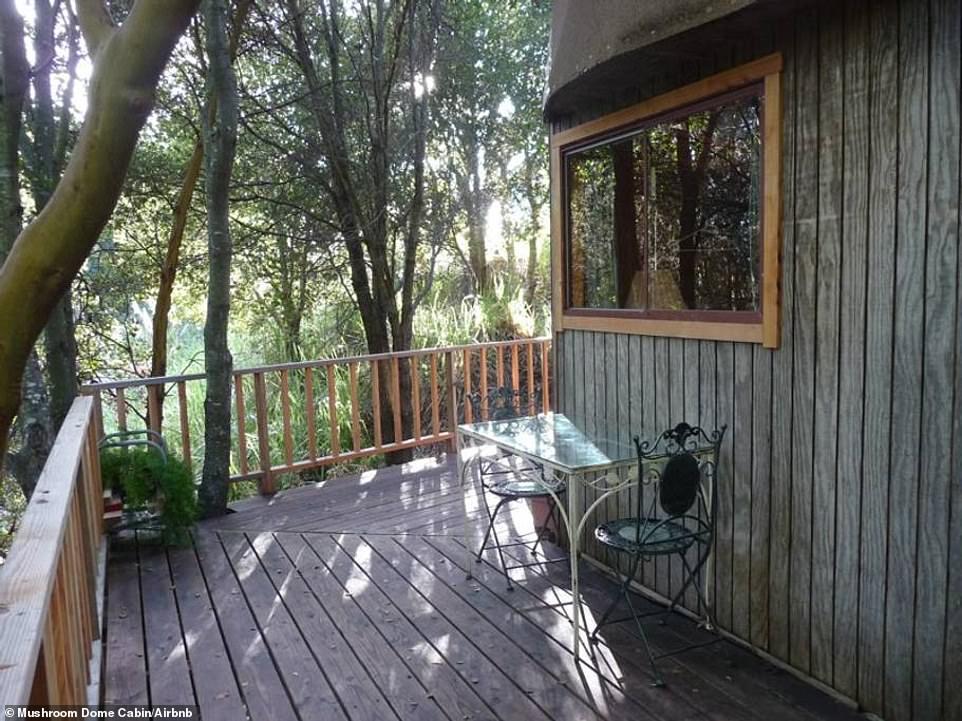 Στο κήπο υπάρχει ένα υπερυψωμένο μπαλκόνι με θέα το δάσος.