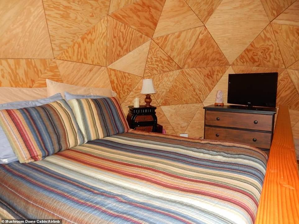 Οσο για το δωμάτιο, το κρεβάτι είναι μεγάλο και ευρύχωρο.