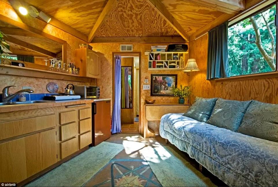 Το σαλόνι του πιο διάσημου Airbnb στον κόσμο.