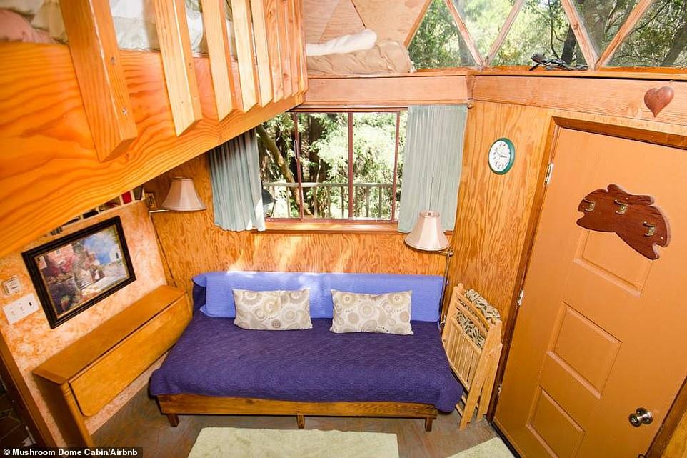 Μάλιστα ο καναπές στο σαλόνι γίνεται κρεβάτι και έτσι το σαλόνι μπορεί να χρησιμοποιηθεί και ως υπνοδωμάτιο.