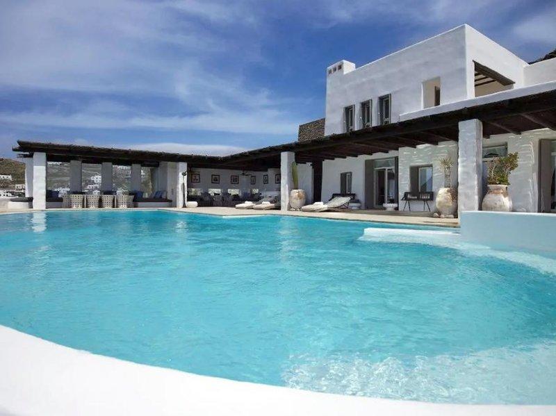 Η μεγάλη πισίνα του Airbnb της Μυκόνου