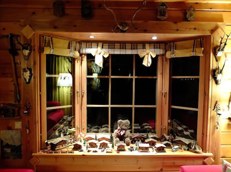 Διακοσμητικά σε παράθυρο