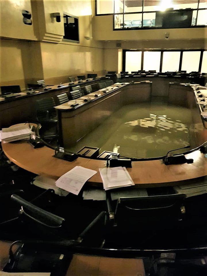 Πλημμυρισμένη αίθουσα δημοτικού συμβουλίου