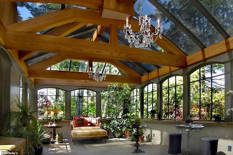 Το σπίτι νοικιάζεται πλήρως εξοπλισμένο με σεφ, καμαριέρα και concierge