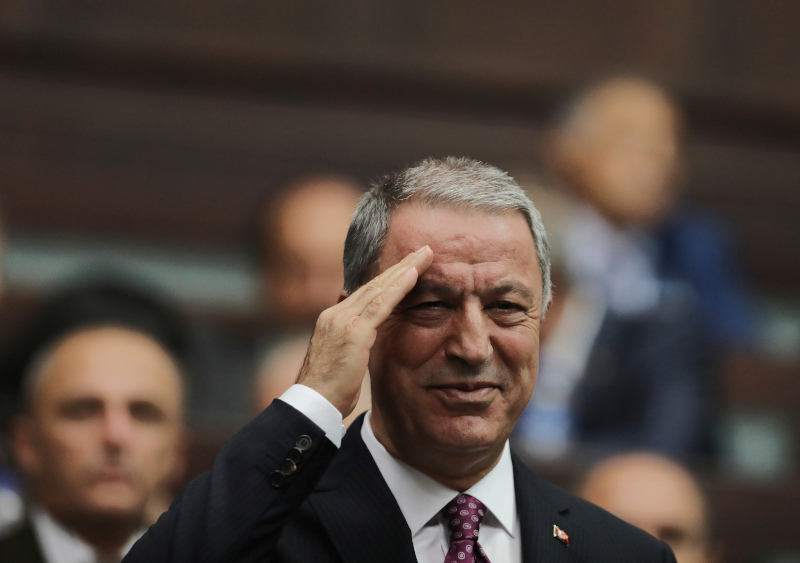 Ο Χουλουσι Ακάρ χαιρετάει στρατιωτικά τα μέλη του κόμματος του Ερντογάν