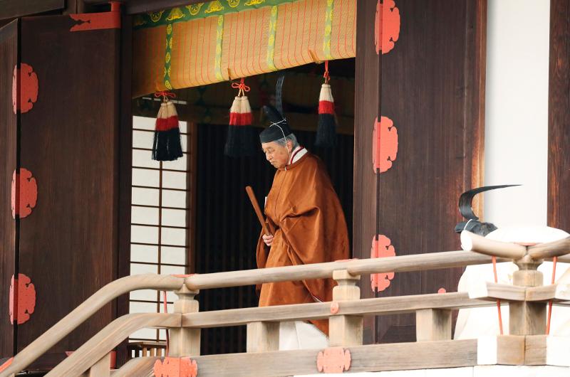 Ο αυτοκράτορας Ακιχίτο με χρυσαφένια ενδυμασία μετά την παραίτηση από τον θρόνο του