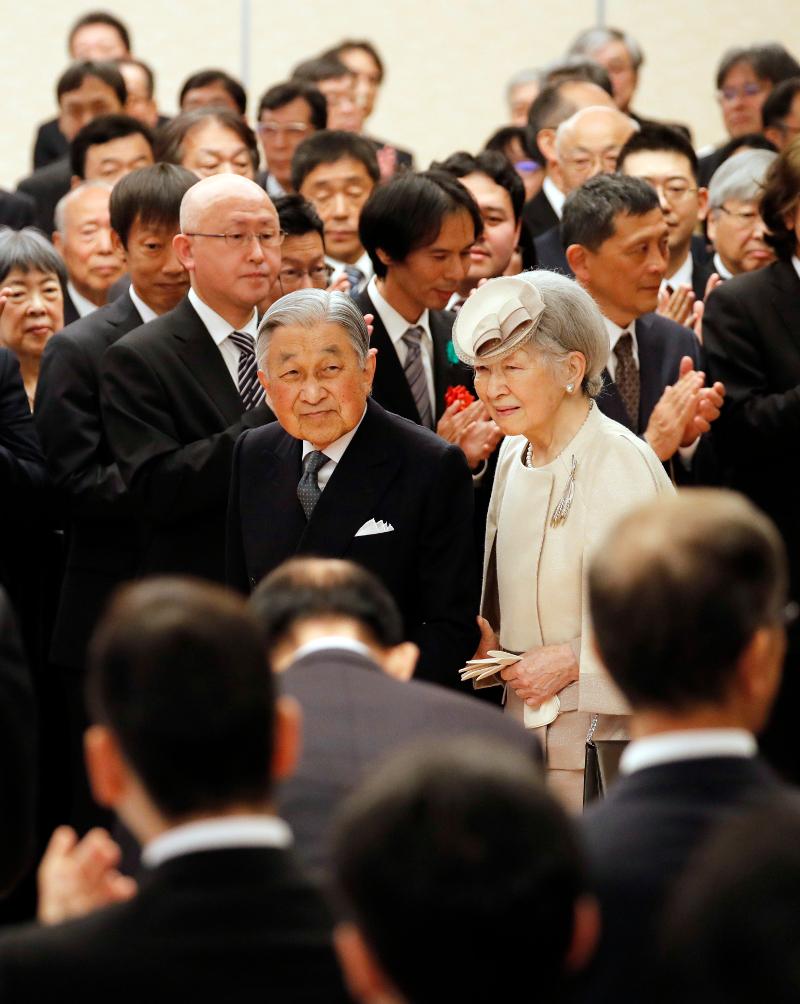 Ο Ακιχίτο με τη σύζυγό του Μιτσίκο καταχειροκροτείται από το κοινό