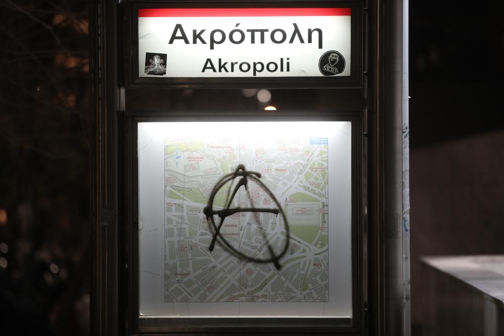 Βανδαλισμοί σε πινακίδα του μετρό
