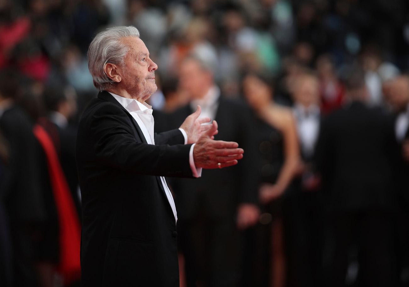 Με ανοιχτές αγκάλες, ο Αλέν Ντελόν χαιρετίζει το κοινό που, όπως δηλώνει, είναι το μόνο στο οποίο χρωστάει την καριέρα του