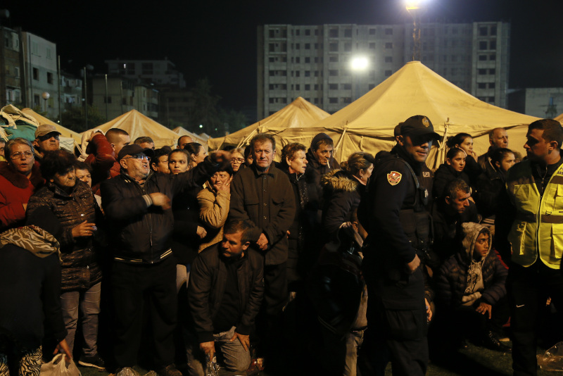 Πλήθος κόσμου μπροστά από τις σκηνές που έστησε ο στρατός μετά τον σεισμό