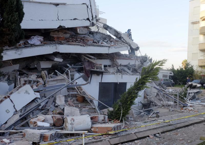 Κτίριο κατέρρευσε στην Αλβανία από τον σεισμό
