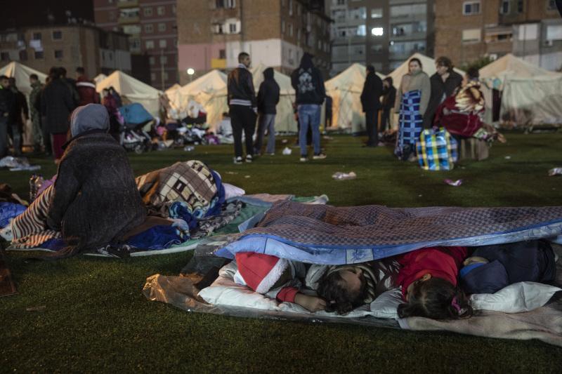 Παιδιά κοιμούνται στο έδαφος λόγω του ισχυρού σεισμού στην Αλβανία