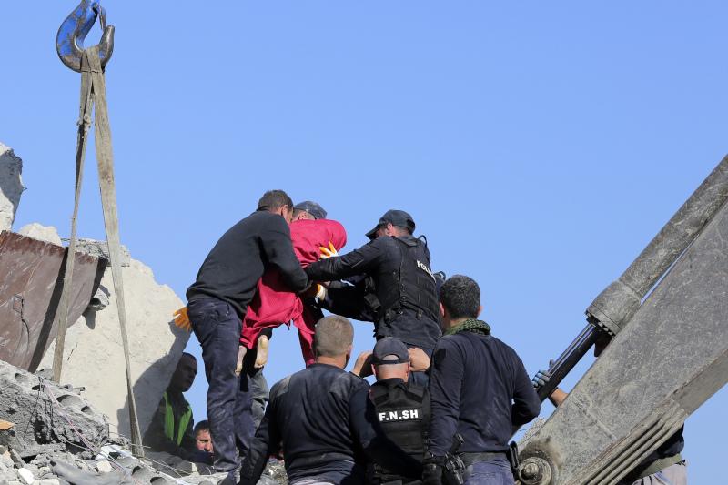 Η στιγμή που σωστικά συνεργία εντοπίζουν εγκλωβισμένο στην Αλβανία