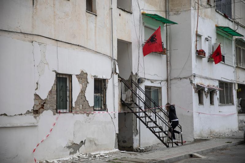 Σημαίες της Αλβανίας σε σπίτια με ρωγμές