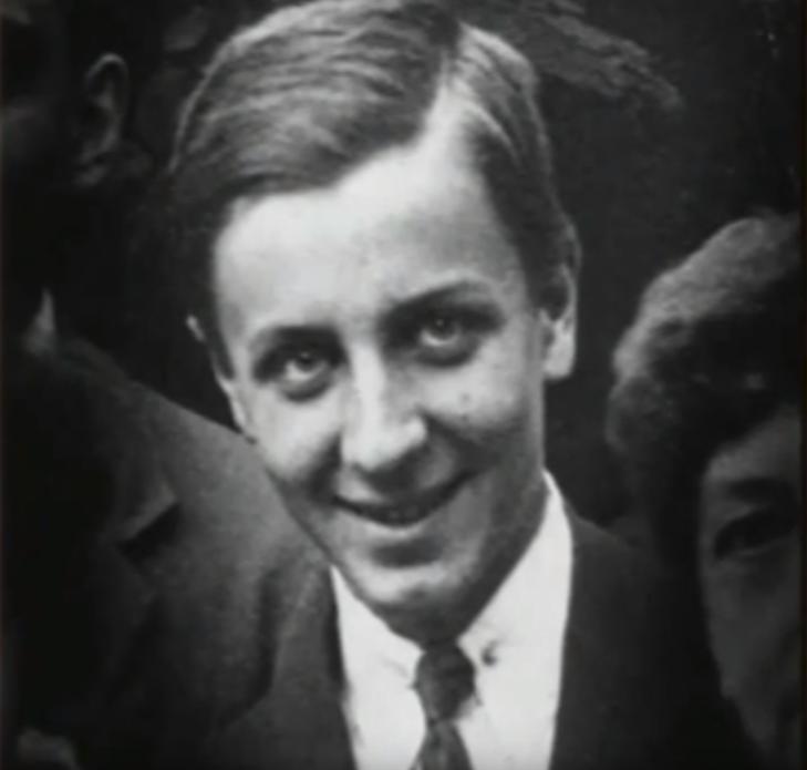 Ασπρόμαυρη φωτογραφία του Άλεξ Ισηγόνη σε νεαρή ηλικία / Φωτογραφία: YouTube
