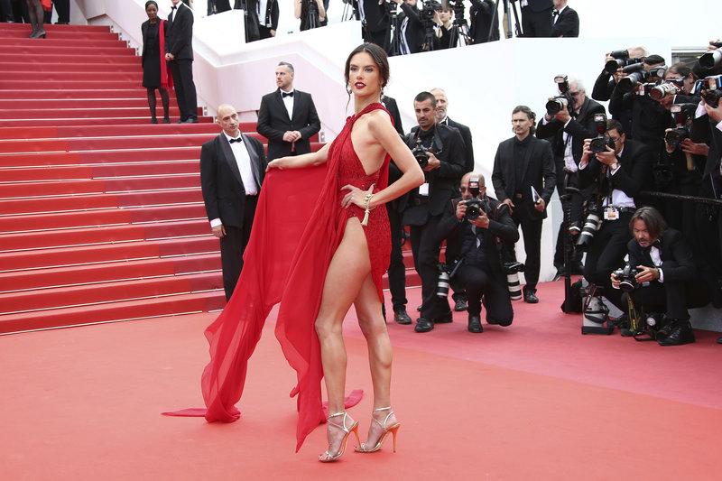 Κάννες 2019: Αλεσάντρα Αμπρόζιο με κόκκινο φόρεμα