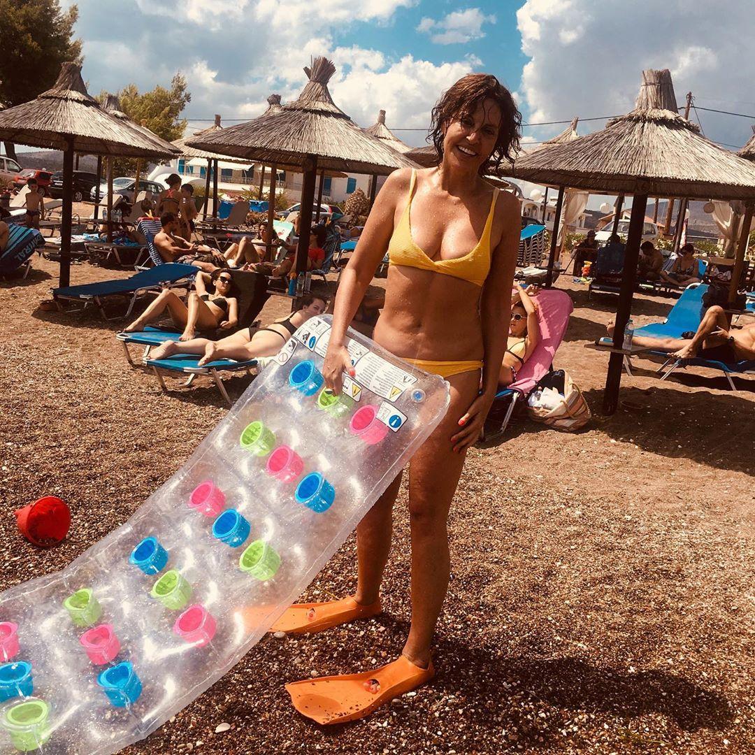 Η Αλεξάνδρα Παλαιολόγου με με καυτό κίτρινο μπικίνι σε παραλία της Κρήτης