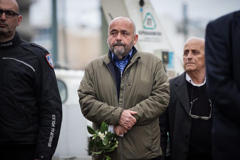Συγκινημένος ο Αλέξανδρος Παππάς, γιος του γλύπτη Γιάννη Παππά, κρατά λίγα λουλούδια στα χέρια
