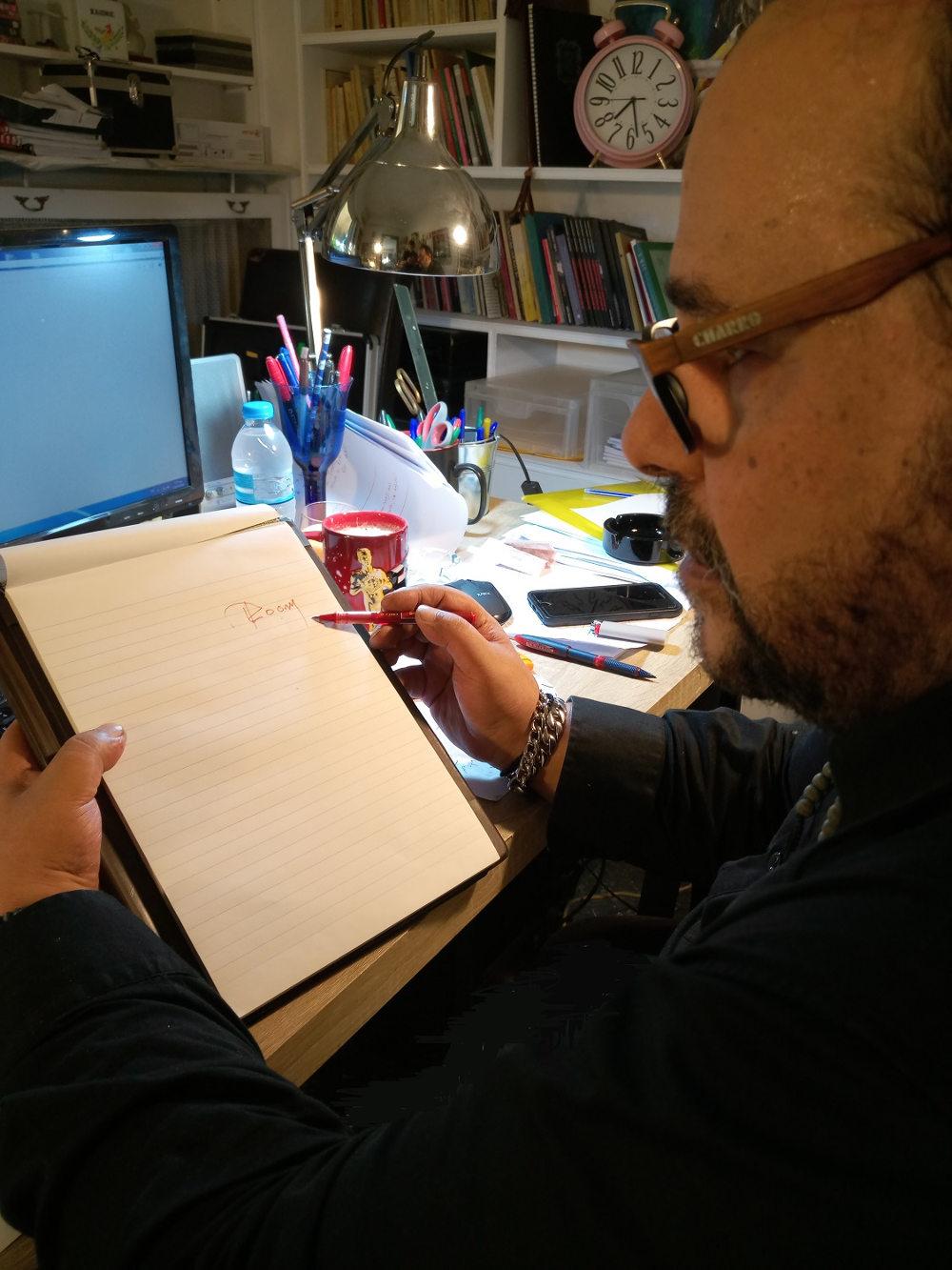 Ο Αλέξανδρος Ρήγας δοκιμάζει το όνομα του νέου του σίριαλ στο χαρτί