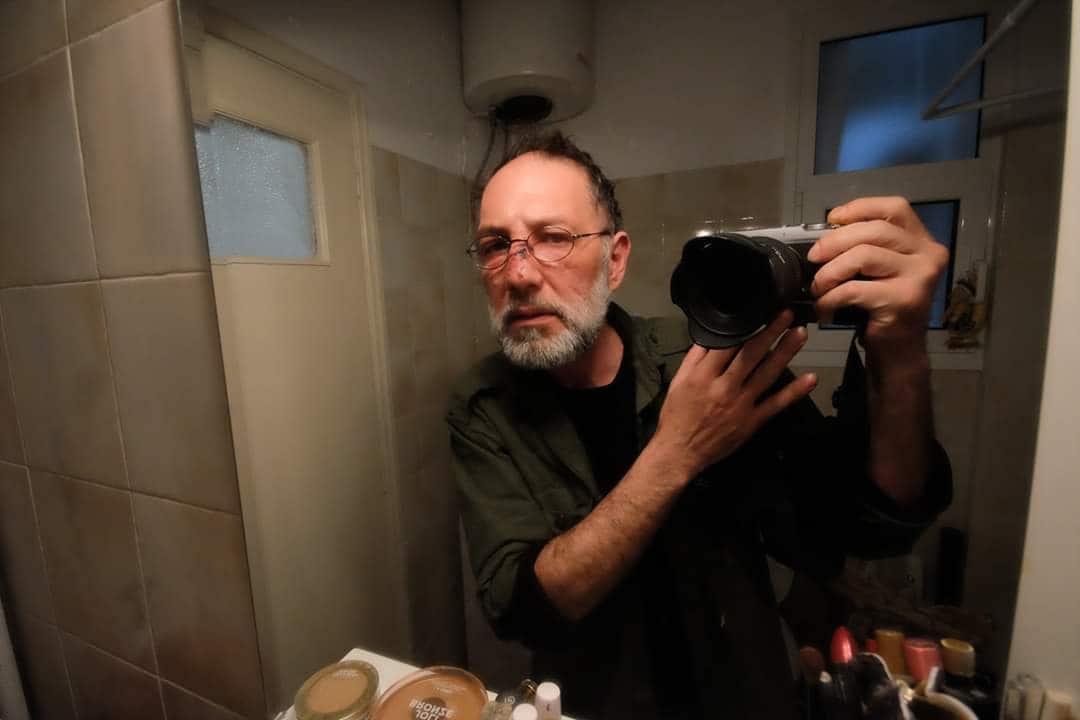 Ο φωτορεπόρτερ Αλέξανδρος Σταματίου φωτογραφίζει το χτυπημένο του πρόσωπο.