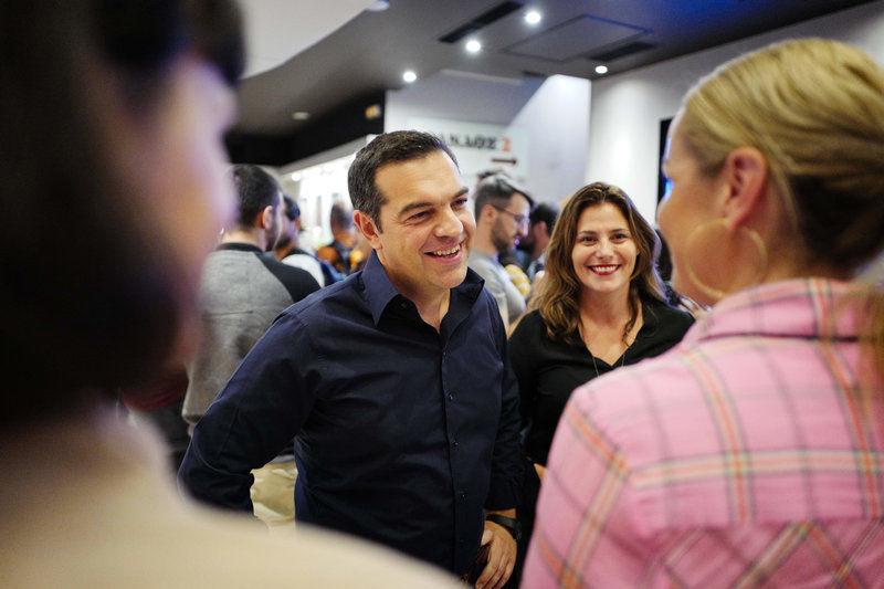 Ο Αλέξης Τσίπρας και η Περιστέρα Μπαζιάνα συνομιλούν με μια από τις ηθοποιούς της ταινίας που παρακολούθησαν, την Ντέμπι Χάνεϊγουντ / Φωτογραφία: Eurokinissi