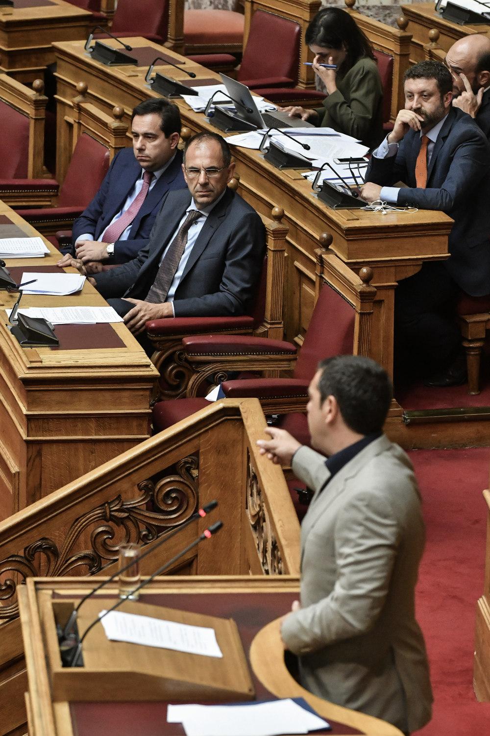Ο υπουργός Γιώργος Γεραπετρίτης παρακολούθησε την ομιλία του αρχηγού της αξιωματικής αντιπολίτευσης πριν απαντήσει στην ολομέλεια της Βουλής