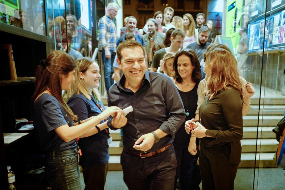 O Αλέξης Τσίπρας δίνει το εισιτήριό του στις εργαζόμενες του κινηματογράφου, όπου προβάλλονται ταινίες στα πλαίσια του Φεστιβάλ «Νύχτες Πρεμιέρας»