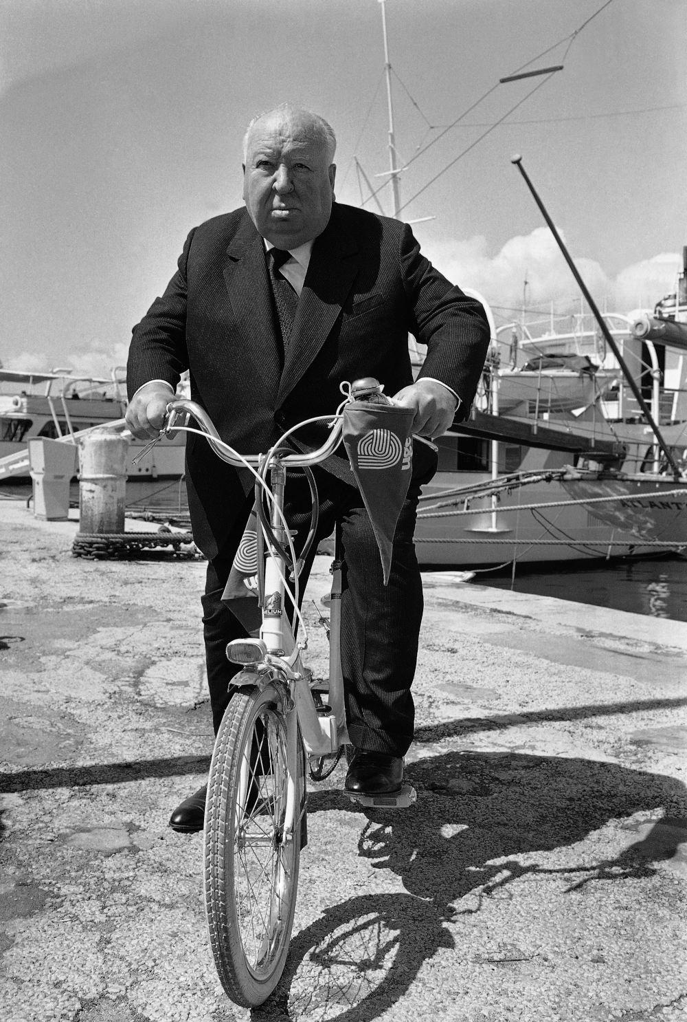 Ο Άλφρεντ Χίτσκοκ κάνει ποδήλατο στις Κάννες
