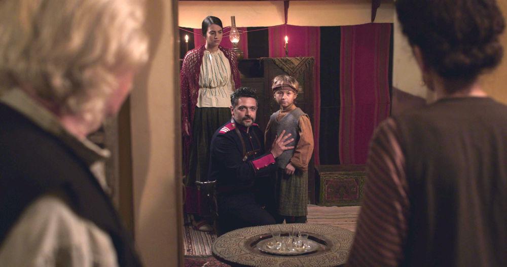 Ο Αλή σώζει ένα μικρό Αρμενόπουλο από τους Τούρκους και το κρύβει στο σπίτι του στο Ερζερούμ στο «Κόκκινο Ποτάμι»