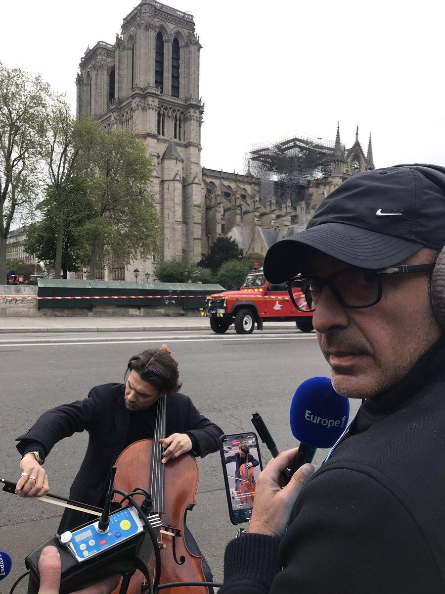 Ο Νίκος Αλιάγας με το μικρόφωνο μπροστά σε ένα μουσικό που παίζει βιολοντσέλο