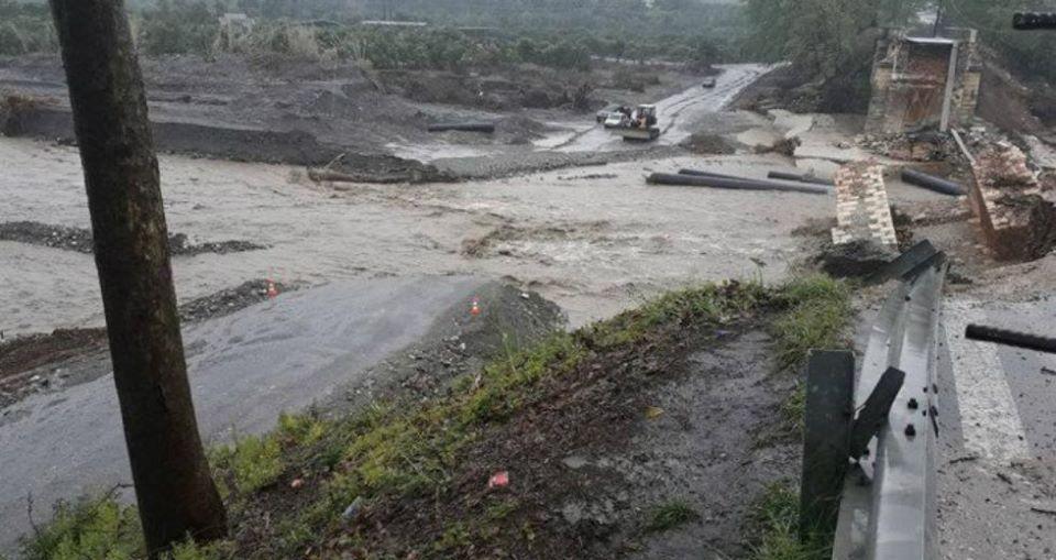 Πλημμύρες έκοψαν δρόμο στη μέση