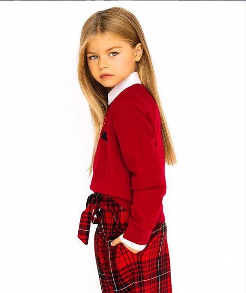 6χρονο μοντέλο με καρό κόκκινο παντελόνι και κόκκινο πουλόβερ