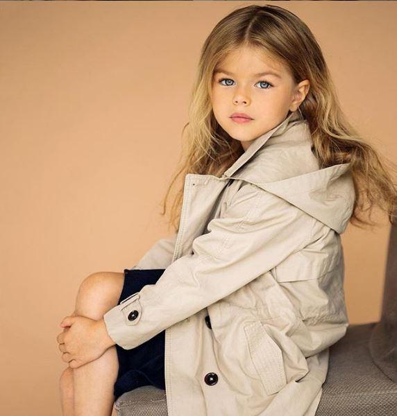 6χρονο μοντέλο με μπεζ καμπαρντίνα