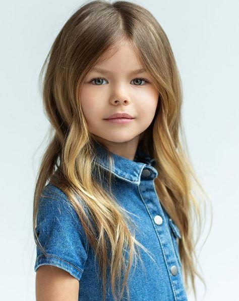 μικρό μοντέλο με τζιν πουκάμισο