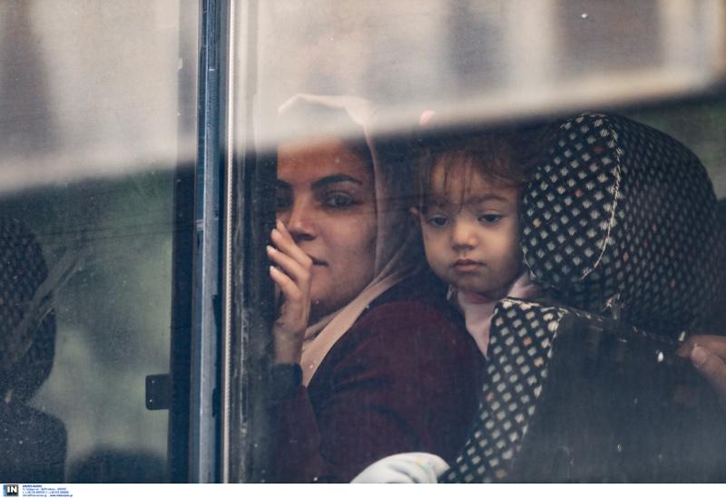 Μία μητέρα με το παιδί της μέσα στο πούλμαν