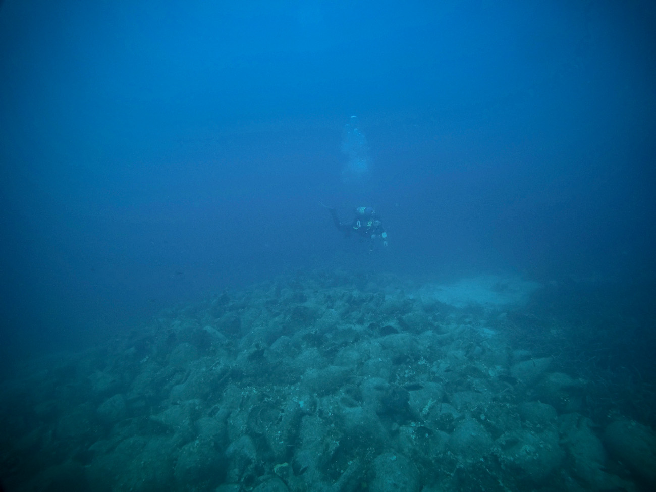 Δύτης εξερευνά τον ασύλληπτο αριθμό αμφορέων στο ναυάγιο της Περιστέρας