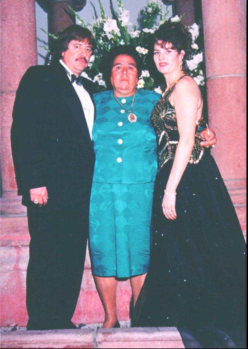 Από αριστερά, ο Καρίγιο, η μητέρα του Ορόρα Φουέντες Λόπεζ και η σύζυγός του, Σόνια Μπαράγκαν Πέρεζ