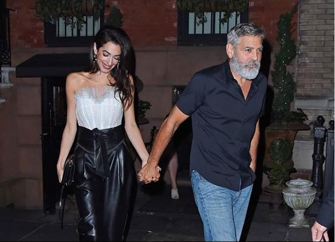 Τζορτζ και ΑΜάλ Κλούνεϊ πιασμένοι χέρι χέρι