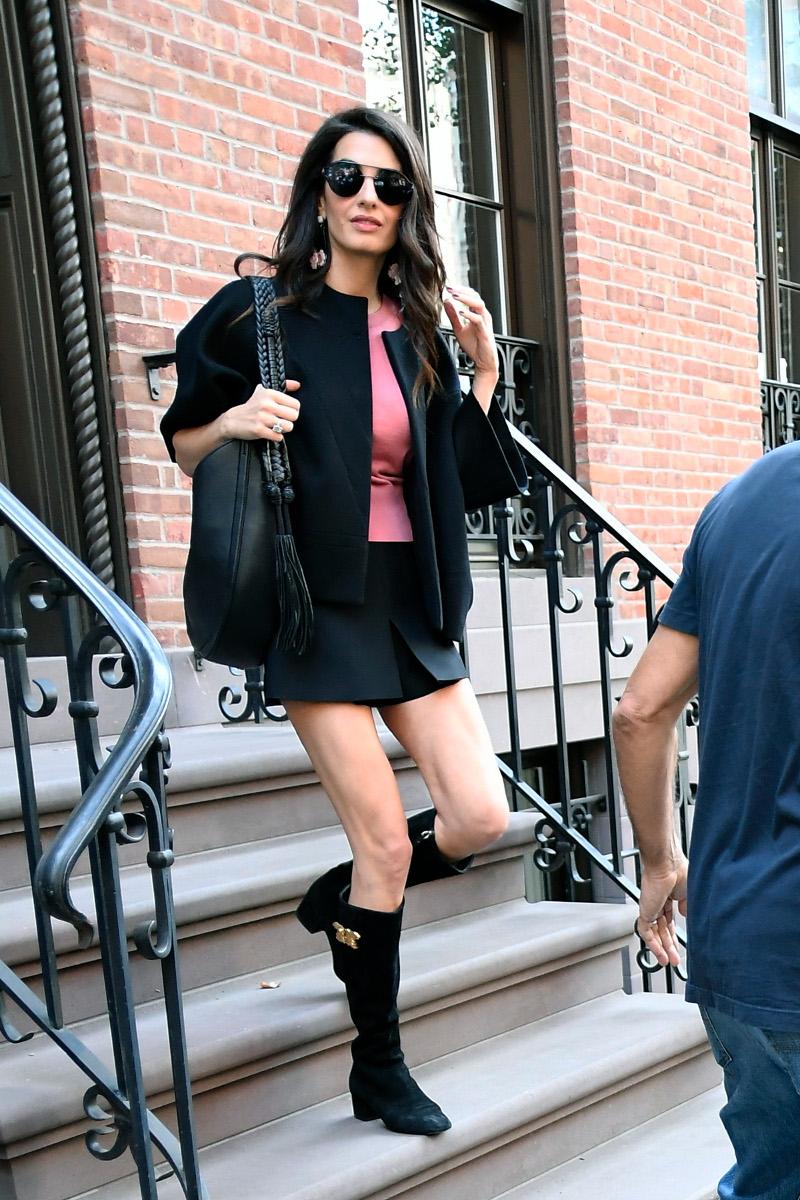 Η Αμάλ Κλούνεϊ με πολύ κοντή φούστα που άφηνε ακάλυπτα τα υπερβολικά αδύνατα πόδια της
