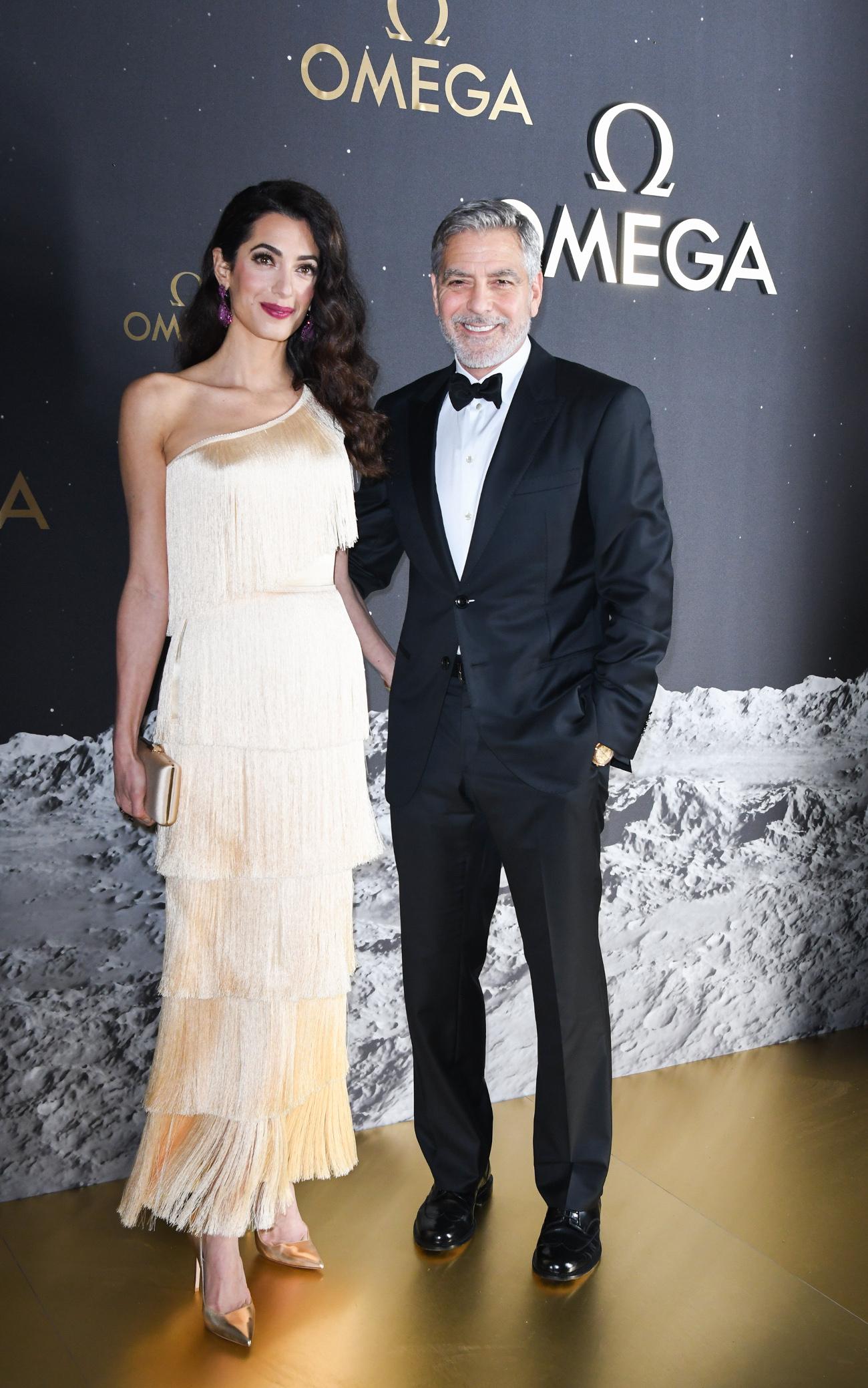 Αμάλ Αλαμουντίν με χρυσό φόρεμα μαζί με Τζορτζ Κλούνεϊ