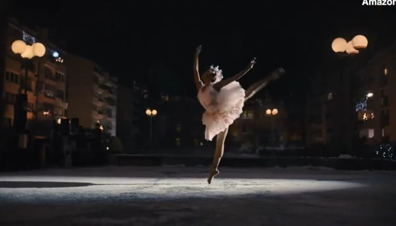 Μπαλαρίνα χορεύει στο χιόνι για τους γείτονες