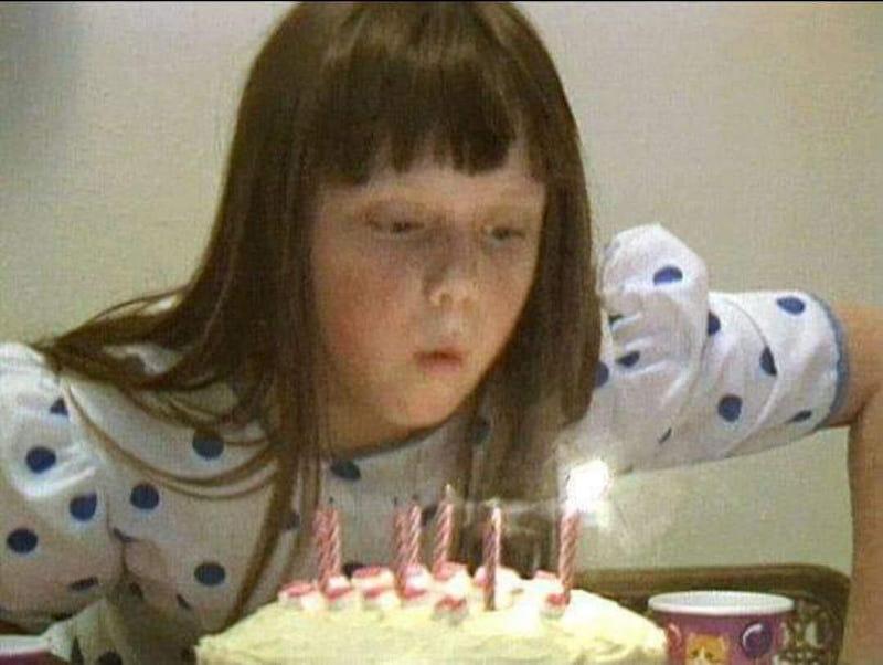 Η μικρή Αμπερ Χάγκερμαν σβήνει κεράκια σε τούρτα γενεθλίων
